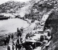Anzac-troops-on-the-beach-at-Gallipoli.-ALEXANDER-TURNBULL-LIBRARY